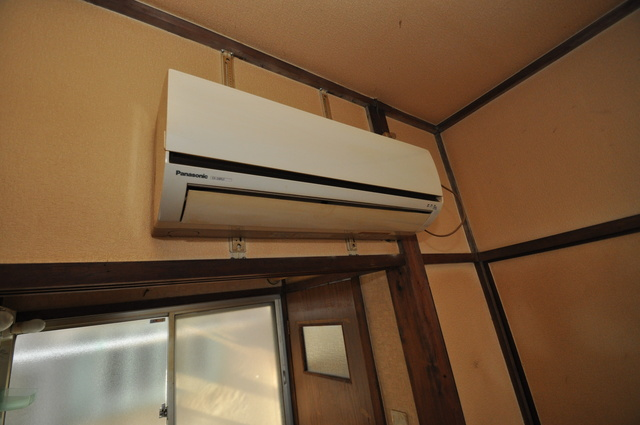 長瀬町1-3-10貸家(高山貸家) エアコンがあるのはうれしいですね。ちょっぴり得した気分。