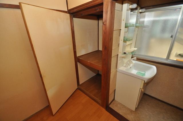 長瀬町1-3-10貸家(高山貸家) 大きなクローゼットはたくさんの衣装もスッキリ片付きます。