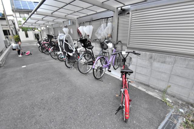 シャーメゾンアマヤハイツ 屋根付きの駐輪場は大切な自転車を雨から守ってくれます。