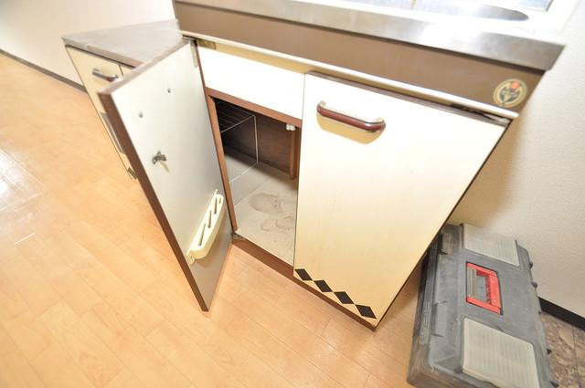 グランドハイツ大今里 キッチン棚も付いていて食器収納も困りませんね。
