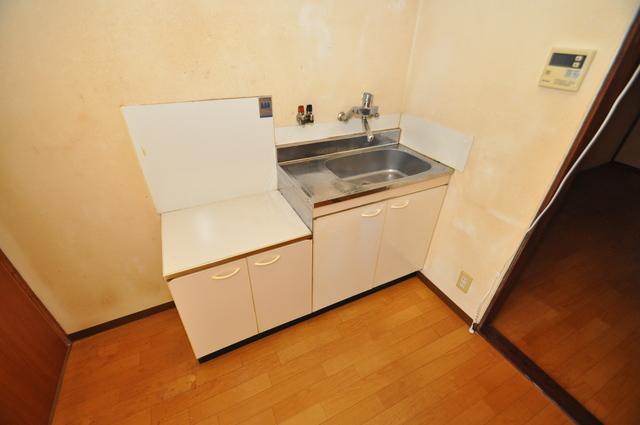 長瀬町1-3-10貸家(高山貸家) 落ち着いた色合いのキッチン。使い勝手も良いです。