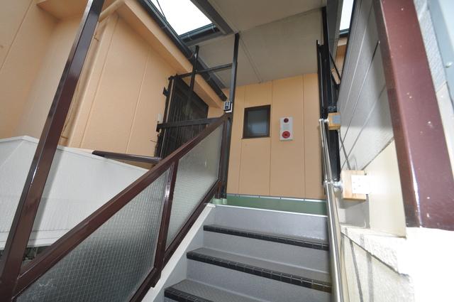 第2シャトー新町 2階に伸びていく階段。この建物にはなくてはならないものです。
