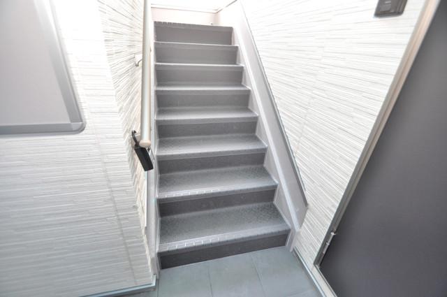 リュクスシティー永和 2階に伸びていく階段。この建物にはなくてはならないものです。