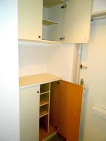玄関の下駄箱と上部収納