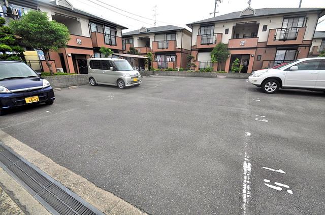 サンビレッジ・なかもり 敷地内にある駐車場。愛車が目の届く所に置けると安心ですよね。