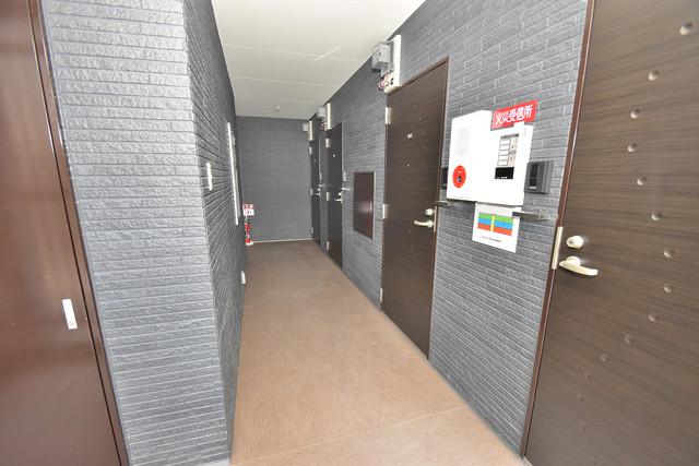 NEXT ONE 玄関まで伸びる廊下がきれいに片づけられています。
