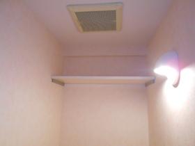 トイレ内上部の収納棚