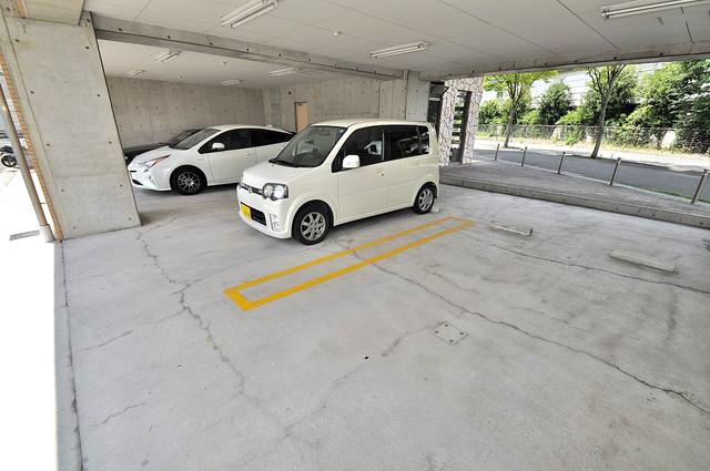 ロータリーマンション長田東 1階には駐車場があります。屋根付きは嬉しいですね。
