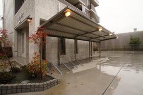 https://image.rentersnet.jp/58f72c3dc71e0e4a6e36086d51141dc7_property_picture_962_large.jpg_cap_屋根付き駐輪場です