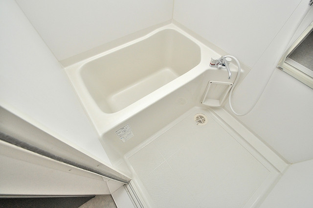 エクレール上小阪 足が伸ばせる広い浴槽はナイスですね。