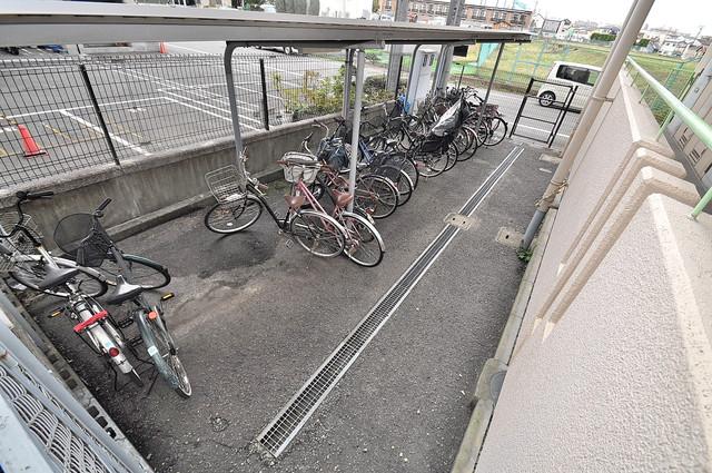 ダイヤモンドメゾン高井田 屋根付きの駐輪場は大切な自転車を雨から守ってくれます。