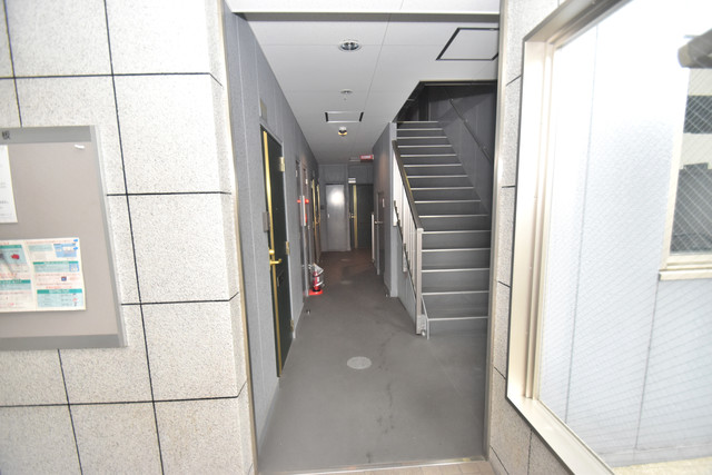 ターフィーズフラット小阪本町 玄関まで伸びる廊下がきれいに片づけられています。