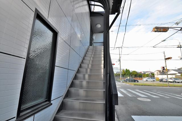 メロディーハイム小阪 2階に伸びていく階段。この建物にはなくてはならないものです。