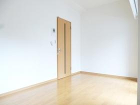 お部屋の奥から玄関を見たところです。