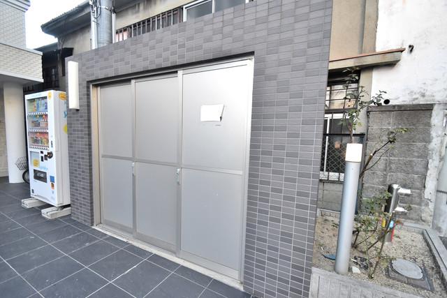 U-ro鶴橋駅前 敷地内に有り、時間を気にせず出せるごみ置き場。