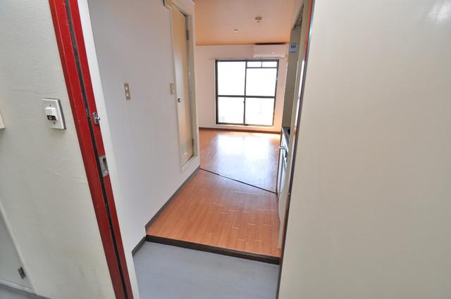 東大阪市足代北1丁目の賃貸マンション ズドーンと伸びる廊下ですっきりしています。
