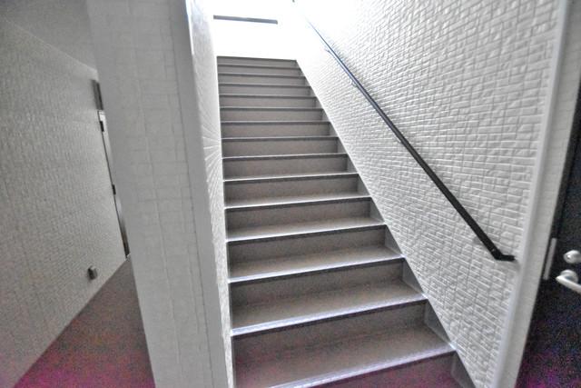 DOAHN 巽西 2階に伸びていく階段。この建物にはなくてはならないものです。