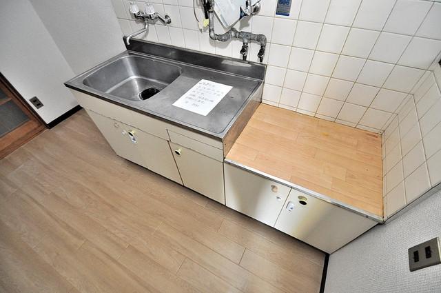 ロイヤルハイツ八戸ノ里 大きなキッチンはお料理の時間を楽しくしてくれます。