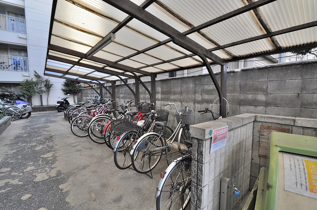 ハイツ南の風 屋根付きの駐輪場は大切な自転車を雨から守ってくれます。