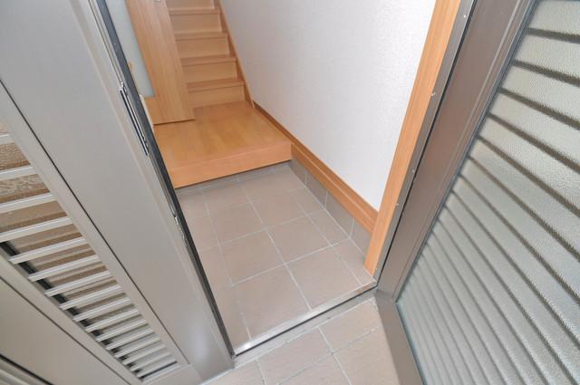 小路東2-3-9 貸家 玄関を開けると解放感のある空間がひろがりますよ。