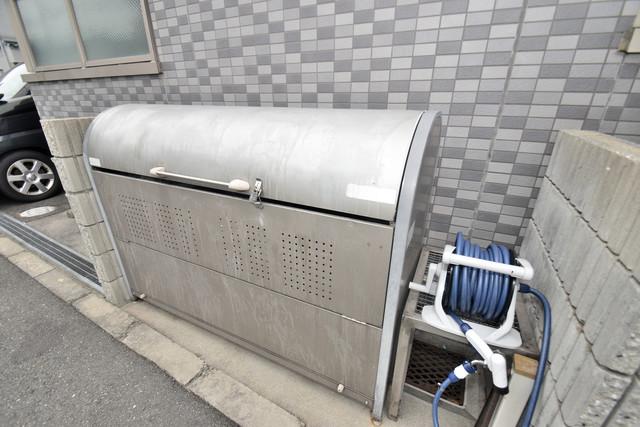 ターフィーズフラット小阪本町 敷地内に有り、時間を気にせず出せるごみ置き場。