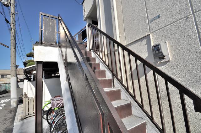 川田マンション この階段を登った先にあなたの新生活が待っていますよ。