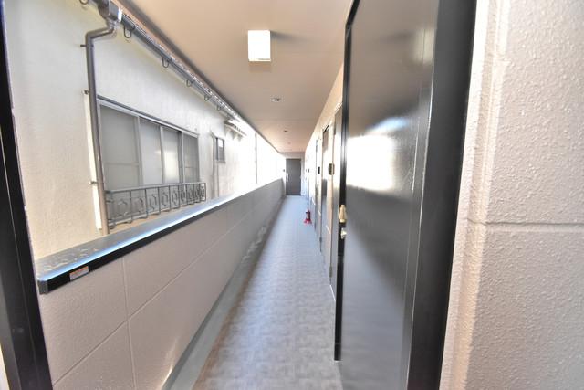 ブライト北巽 玄関まで伸びる廊下がきれいに片づけられています。