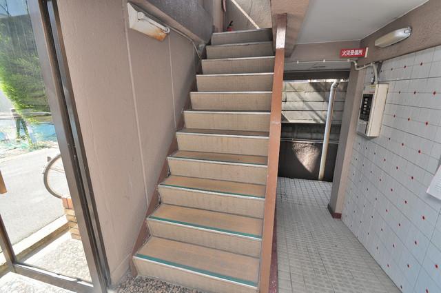 ロイヤルマンション この階段を登った先にあなたの新生活が待っていますよ。