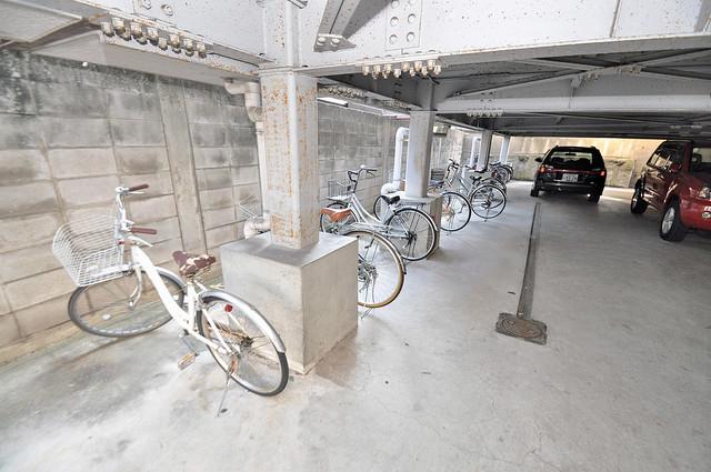 シャトール源氏ケ丘 1階には駐車場があります。屋根付きは嬉しいですね。