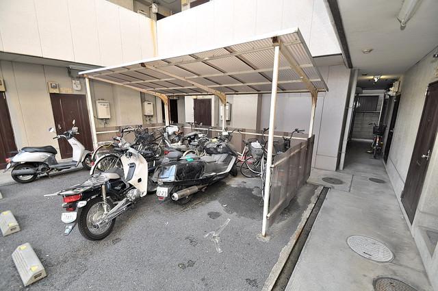 サンハイツたかだ 屋内にある駐輪場は大切な自転車を雨から守ってくれます。