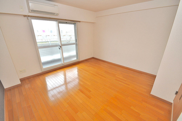 グランデージ長田東 贅沢な広さのリビングはゆったりくつろげる空間です。