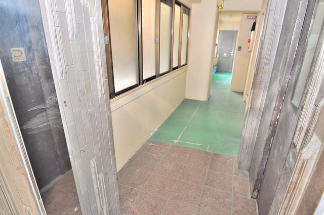 サン今里 玄関まで伸びる廊下がきれいに片づけられています。