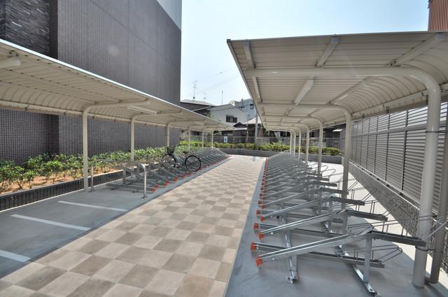 オリエンテム 敷地内にある専用の駐輪場。雨の日にはうれしい屋根つきです。