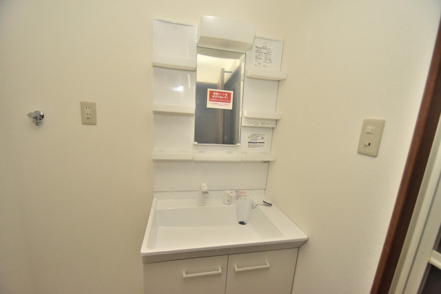 Tースクエア布施 独立した洗面所には洗濯機置場もあり、脱衣場も広めです。