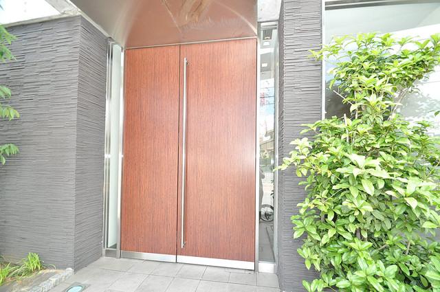 ゼファー東大阪 オシャレなエントランスは安心のオートロック完備です。