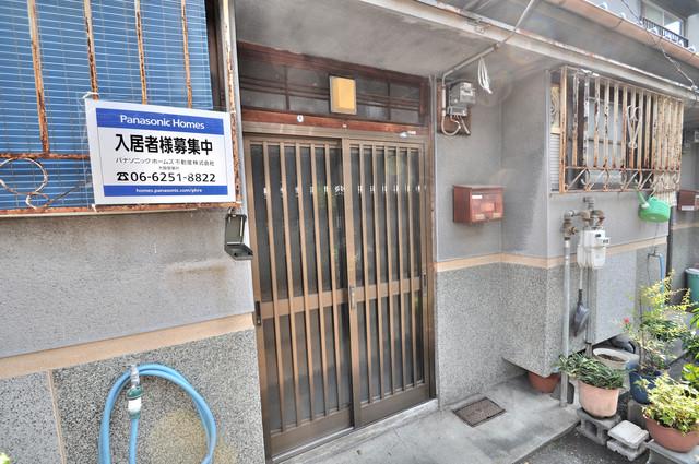 若江本町4-8-40貸家 素敵なエントランスがあなたを毎日出迎えてくれます。