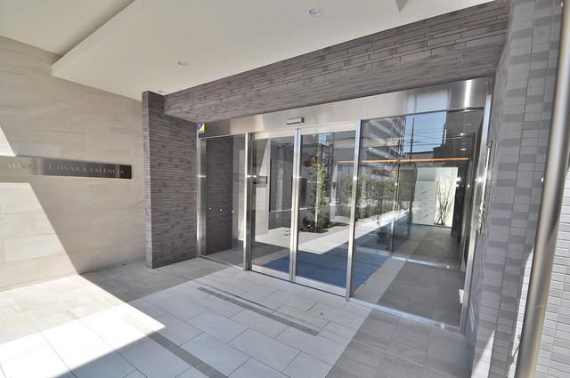 アドバンス大阪バレンシア オシャレなエントランスは安心のオートロック完備です。