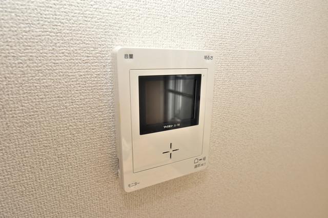ファミール上小阪 TVモニターホンは必須ですね。扉は誰か確認してから開けて下さいね