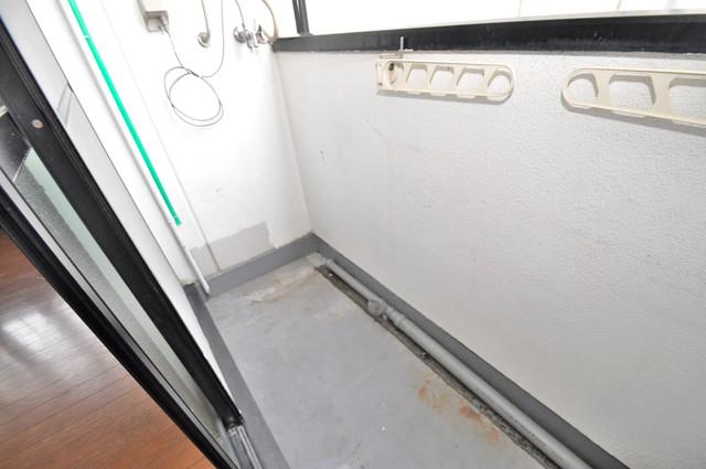 グランデコ 単身さんにちょうどいいサイズのバルコニー。洗濯機も置けます。