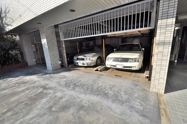 ツインコンフォートハイツ岩崎 敷地内にある駐車場。愛車が目の届く所に置けると安心ですよね。