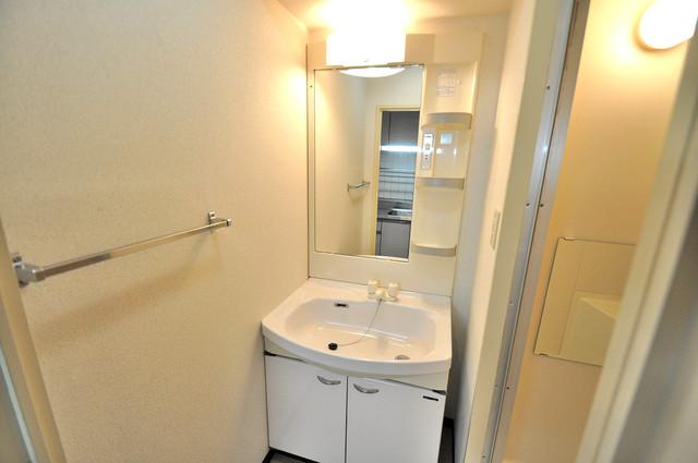 フィオレ源氏ケ丘 広い洗面所はご家族の多い、忙しい朝にも十分対応してくれます。