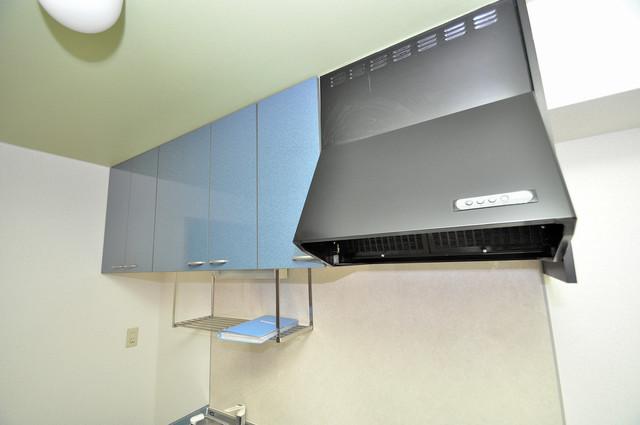 アット・トーク キッチン棚も付いていて食器収納も困りませんね。