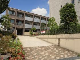 広々とした敷地内に建つ3階建てマンション。