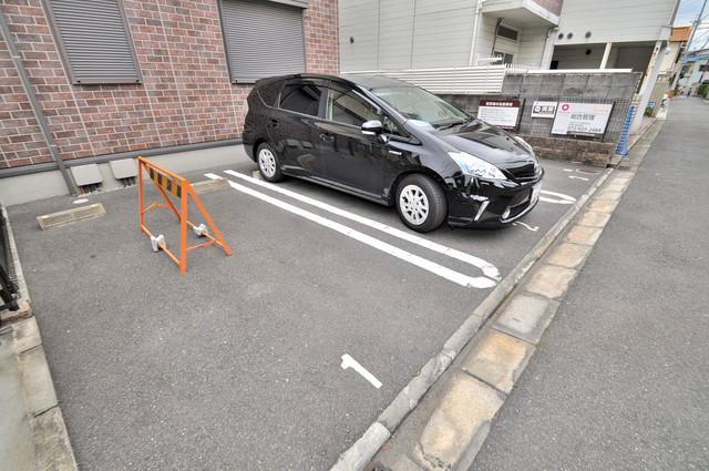 リヴェール長瀬 敷地内にある駐車場。愛車が目の届く所に置けると安心ですよね。