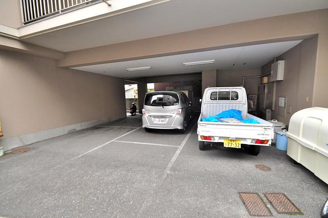 エンゼルハイツ小阪本町 敷地内にある駐車場。愛車が目の届く所に置けると安心ですよね。