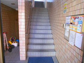 エントランス内部(上階への階段)