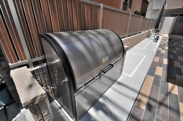 セゾンクレアスタイル新今里 敷地内に有り、時間を気にせず出せるごみ置き場。