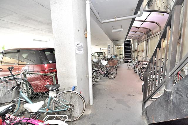 マンションサンパール 敷地内にある専用の駐輪場。雨の日にはうれしい屋根つきです。