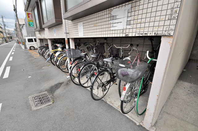 アバンティ八戸ノ里 駐輪場が敷地内にあります。愛車を安心して置いておけますね。