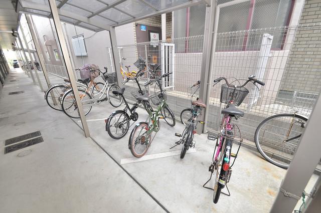 ベルリード加美北A棟 敷地内にある専用の駐輪場。雨の日にはうれしい屋根つきです。